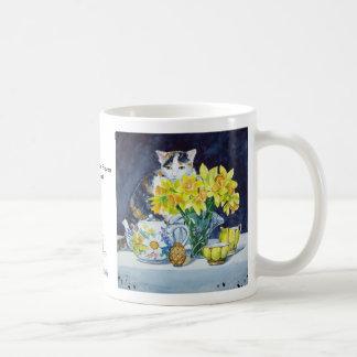 Annabelle detrás de la taza de las flores