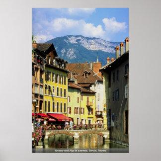 Annecy y montañas en verano, Saboya, Francia Póster