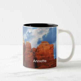Annette en la taza de la roca del pote del café