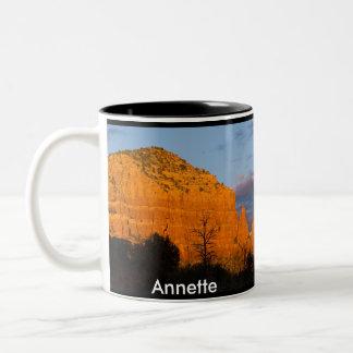 Annette en la taza roja de la roca de la salida de
