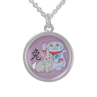 Año afortunado del gato del conejo collares de plata esterlina
