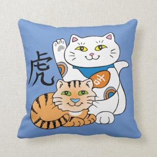 Año afortunado del gato del tigre almohada