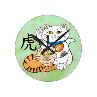 Año afortunado del gato del tigre reloj redondo mediano