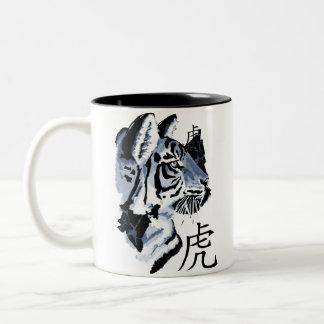 Año chino del tigre (azul) taza de dos tonos