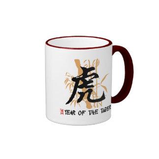 Año chino del zodiaco del tigre taza de dos colores