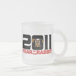 Año de 2011 chinos del regalo del conejo taza cristal mate