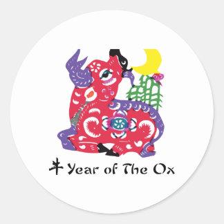 Año de la camiseta y de los regalos del buey etiquetas redondas