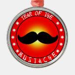 Año del bigote adorno redondo plateado