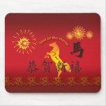 Año del caballo con el caballo de oro alfombrillas de ratón
