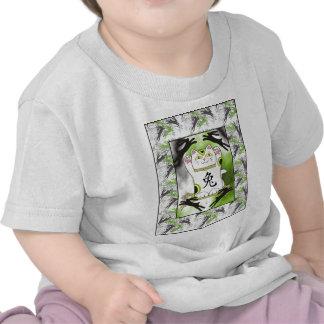 Año del conejo Neko en negro del regaliz Camisetas