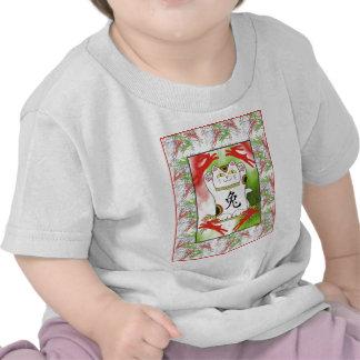Año del conejo Neko en rojo cereza Camisetas
