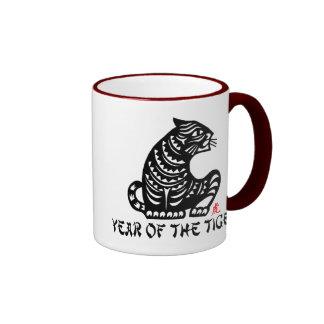 Año del corte del papel chino del tigre tazas de café
