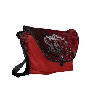 Año del dragón: Nubes de plata y rojas Bolsa De Mensajeria