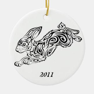 Año del ornamento del conejo adorno navideño redondo de cerámica