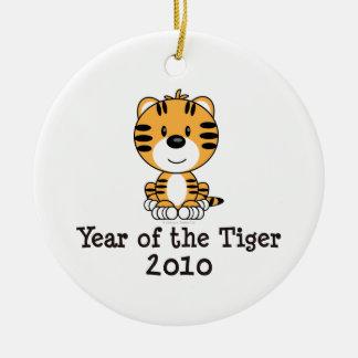 Año del ornamento del tigre adorno navideño redondo de cerámica
