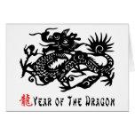 Año del regalo del corte del papel del dragón felicitaciones