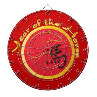 Año del rojo de la llama del caballo tabla dardos