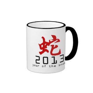Año del símbolo 2013 de la serpiente taza de dos colores