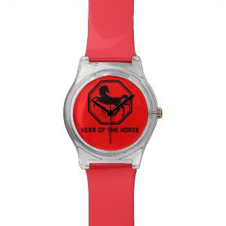 Año fresco del reloj del caballo en rojo y negro