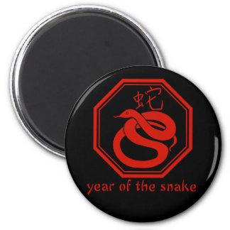 Año gráfico simple de la serpiente imán redondo 5 cm