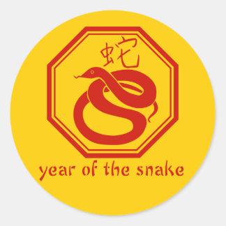 Año gráfico simple de la serpiente pegatina redonda