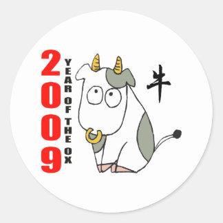 Año lindo de la camiseta del buey etiquetas redondas