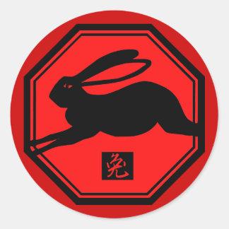 Año rojo y negro del conejo de las camisetas del pegatina redonda