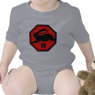 Año rojo y negro del conejo de las camisetas del
