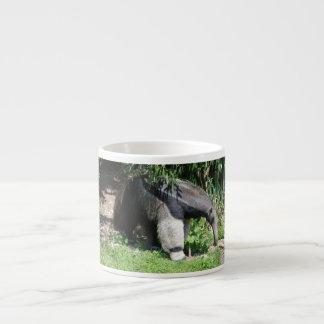 Anteater gigante que busca la taza de la especiali taza espresso