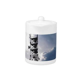Antena y nubes tormentosas