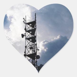Antena y nubes tormentosas pegatina en forma de corazón