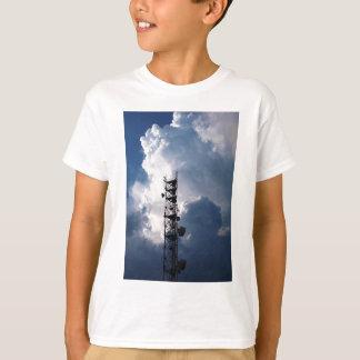 Antena y nubes tormentosas playera