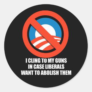 Anti-Obama - me aferro en mis armas en caso de que Pegatina Redonda
