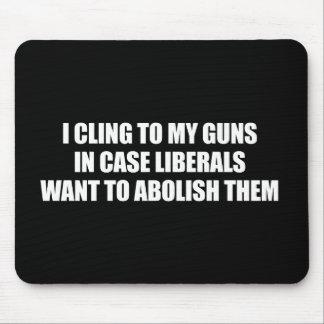 Anti-Obama - me aferro en mis armas en caso de que Tapetes De Ratón