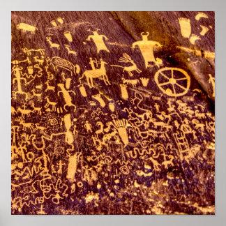 Antiguo indio del petroglifo de la roca del póster