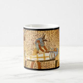 Anubis que concluye Mummification_Art de la Taza De Café