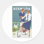 Anuncio de Bermudas que ofrece un tipo joven par d Etiqueta Redonda