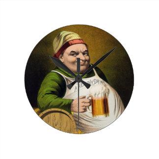 Anuncio de la cerveza de cerveza dorada del reloj redondo mediano