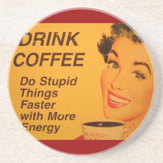 Anuncio del café Haga las cosas estúpidas más ráp Posavasos Para Bebidas