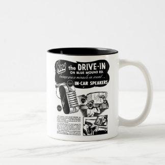 Anuncio del vintage de los altavoces del autocinem taza de café
