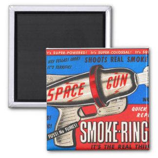 Anuncio retro del arma del anillo del humo del jug imán cuadrado