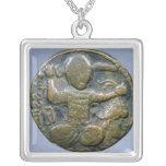 Anverso de la moneda que representa al turco con c colgante cuadrado
