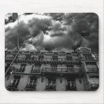 Apartamentos de París con un cielo gótico nublado Tapete De Ratón