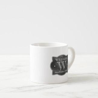 Apellido del estilo de la pizarra y monograma taza de espresso