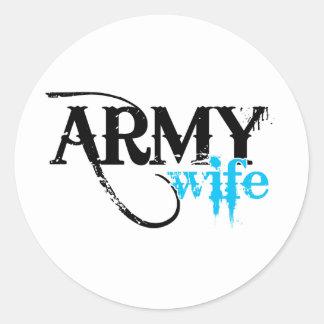 Apenado poniendo letras a la esposa del ejército pegatina redonda