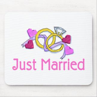 Apenas anillos de bodas casados alfombrillas de raton