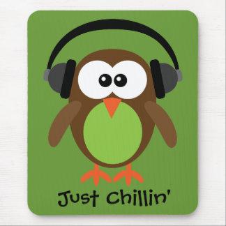 Apenas búho de Chillin con los auriculares Tapetes De Raton