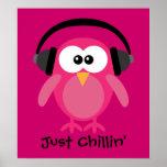 Apenas búho rosado de Chillin con los auriculares Posters