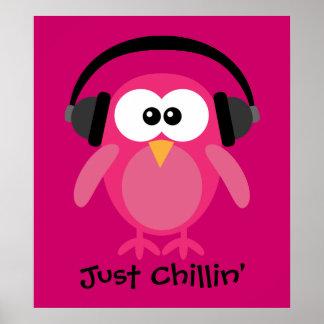 Apenas búho rosado de Chillin con los auriculares Póster