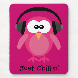 Apenas búho rosado de Chillin con los auriculares Tapetes De Ratón